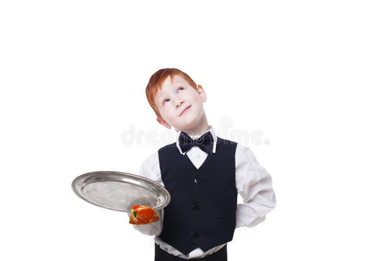 Onhandige onoplettend weinig kelner laat vallen pizzastuk van dienblad royalty-vrije stock afbeelding