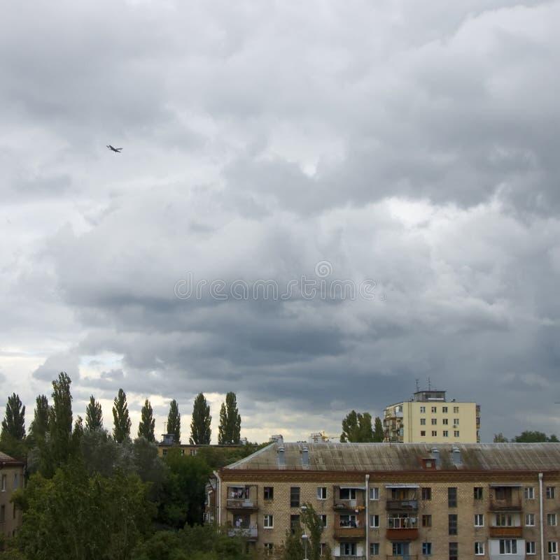 Onheilspellende hemel vóór een onweer. royalty-vrije stock afbeelding