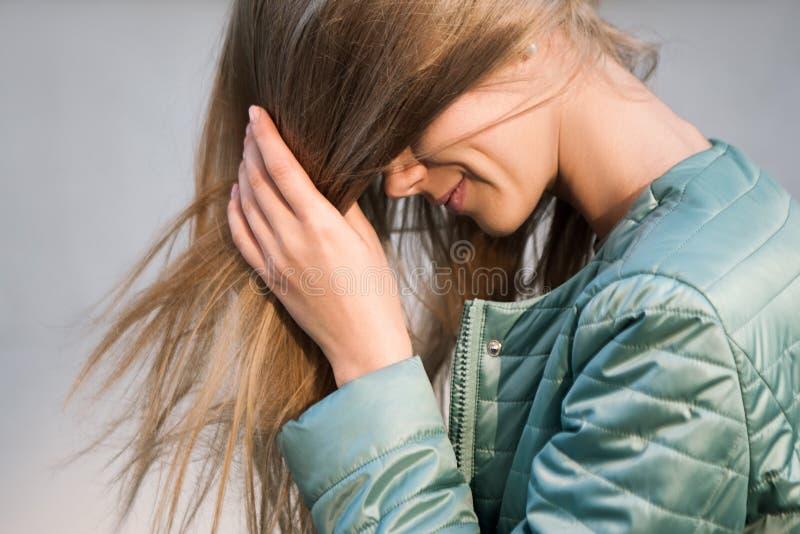 Onherkenbaar meisje die gezicht behandelen met blondehaar stock afbeeldingen