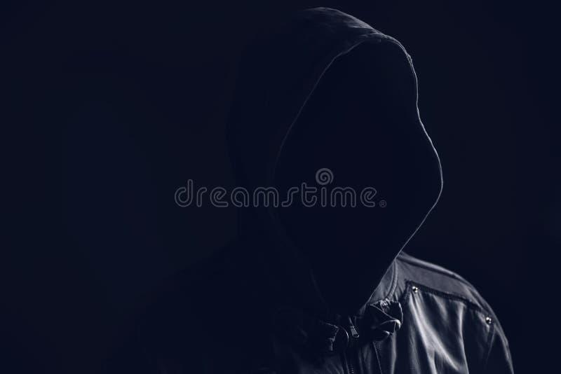Onherkenbare anonieme griezelige hooligan met een kap royalty-vrije stock afbeelding