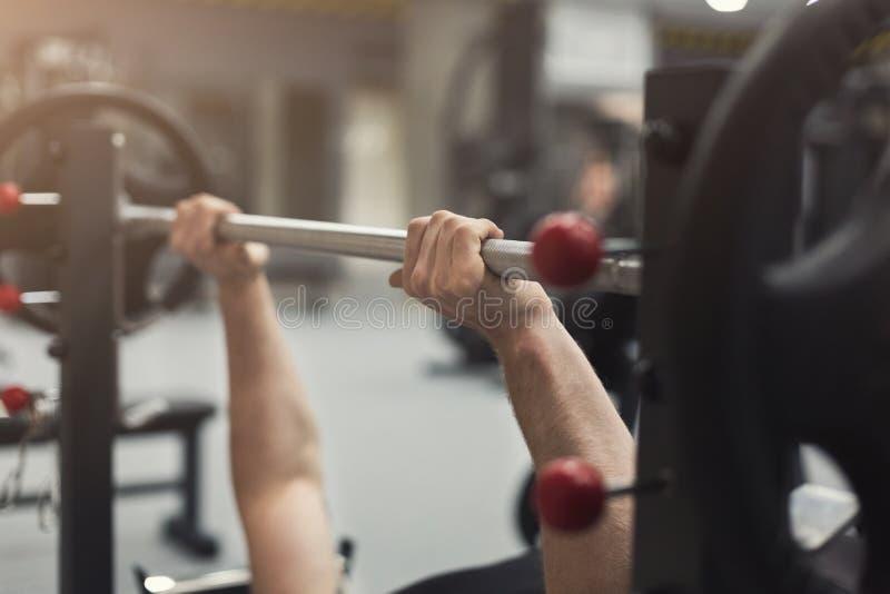 Onherkenbare bodybuilder die zware deadlifts doen stock foto