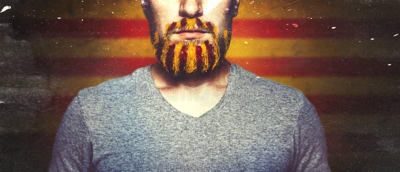 Onherkenbare Jonge die Mens met a-baard, in Kleuren van de Vlag van Catalonië wordt ontrafeld royalty-vrije stock foto's