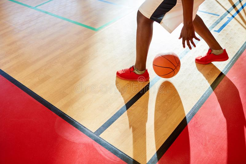Onherkenbare speler die in basketbal druppelen stock foto