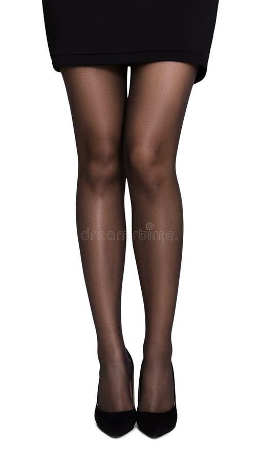 Onherkenbare vrouw die korte rok en zwarte hoge hielen dragen royalty-vrije stock foto