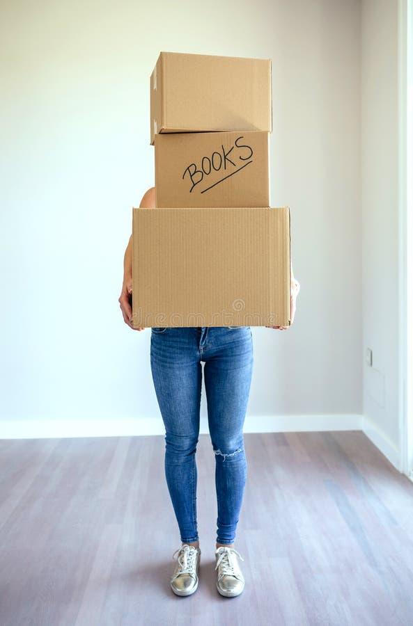 Onherkenbare vrouwen dragende bewegende dozen stock fotografie