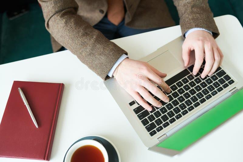 Onherkenbare Zakenman die Laptop met behulp van stock afbeelding