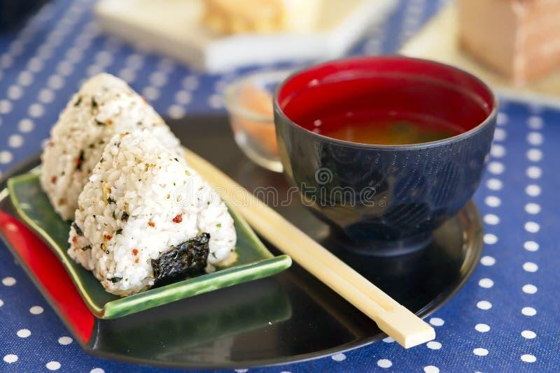Onigiri米饭团用烂醉如泥的姜和大酱汤,日本食物, Kawaii样式食物 免版税库存图片