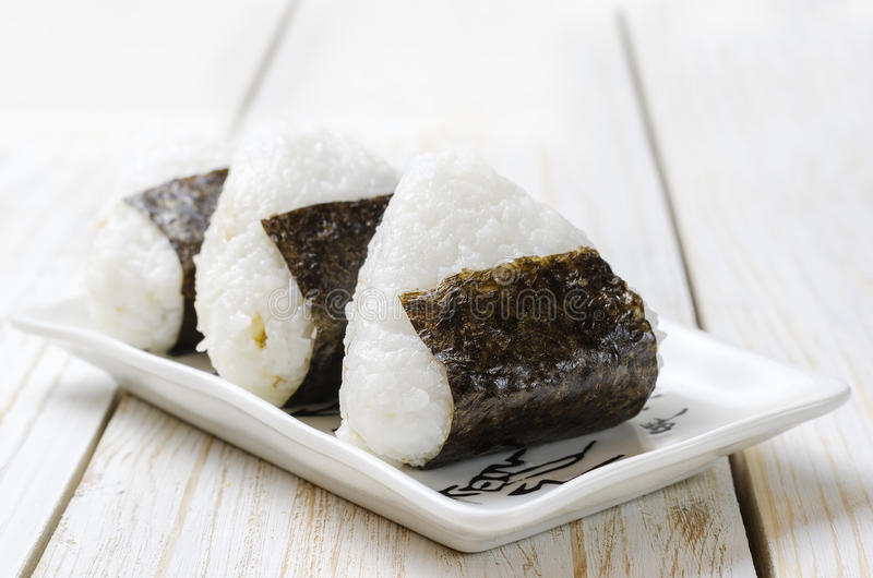 Onigiri Τρίγωνο ρυζιού με το φύκι nori στοκ εικόνες