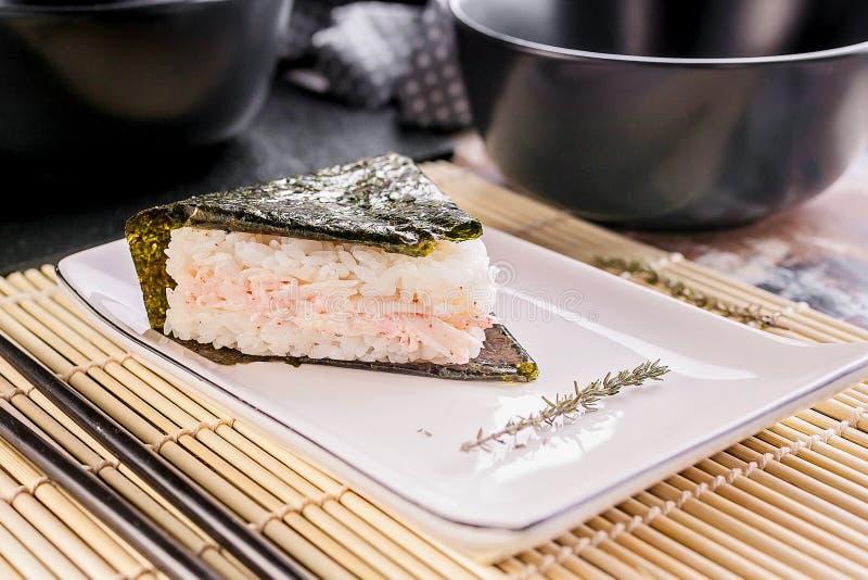 Onigiri met surimi Japanse nationale keuken Gepulpte Rice Balls stock foto's