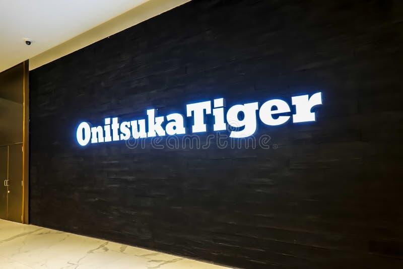 Onitsuka-Tigermodespeicher-Logo Signage im Kaufhaus es ist eine der ältesten Leichtathletikschuhfirmen in Japan lizenzfreie stockfotografie
