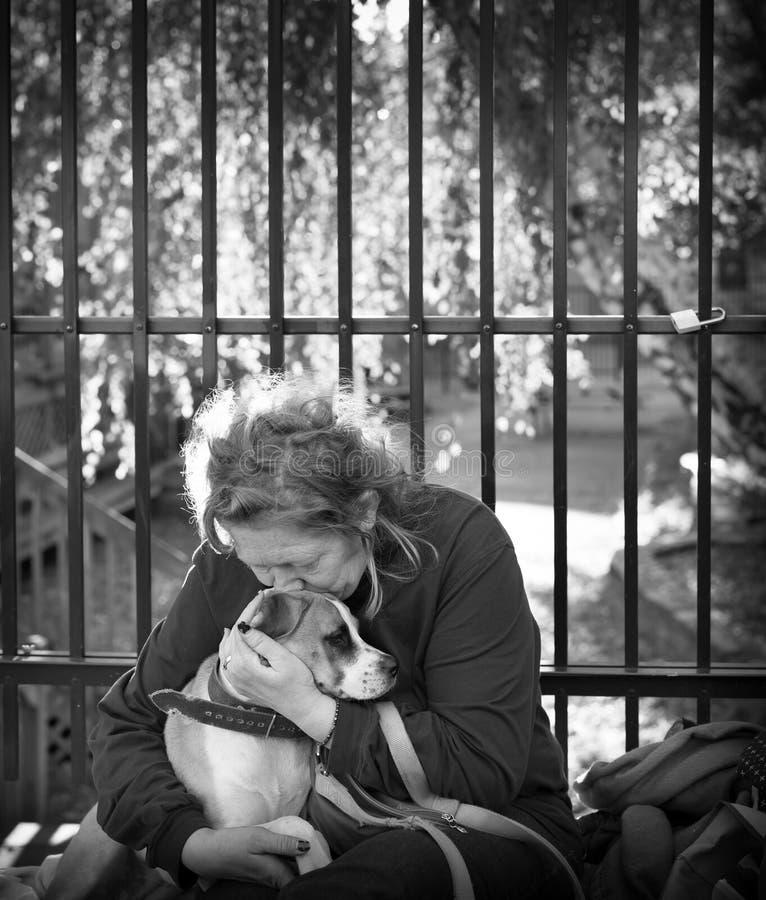 Onlangs dakloze vrouw en haar hond royalty-vrije stock afbeeldingen