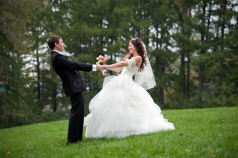 Onlangs echtpaar die op gebied dansen royalty-vrije stock foto's