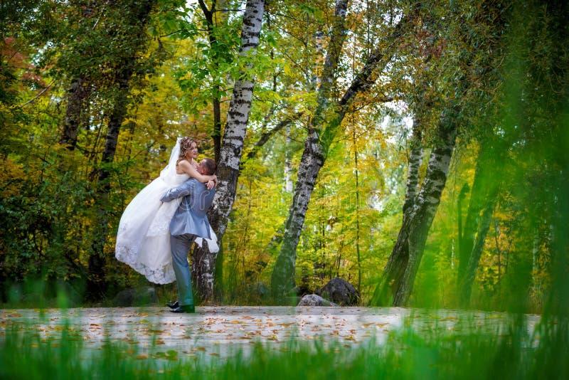 Onlangs echtpaar die op gebied dansen. stock afbeeldingen