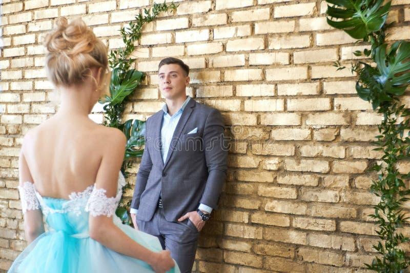 Onlangs echtpaar, houdend van paar vóór het huwelijk Man en vrouw die van elkaar houden Bruid in de turkooise kleding en bruidego royalty-vrije stock afbeeldingen