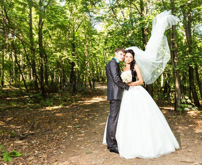 Onlangs echtpaar Wind die lange witte bruidssluier opheffen royalty-vrije stock fotografie