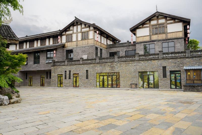 Onlangs gebouwd tegel-roofed de bouw met terras in bewolkte afternoo stock foto's