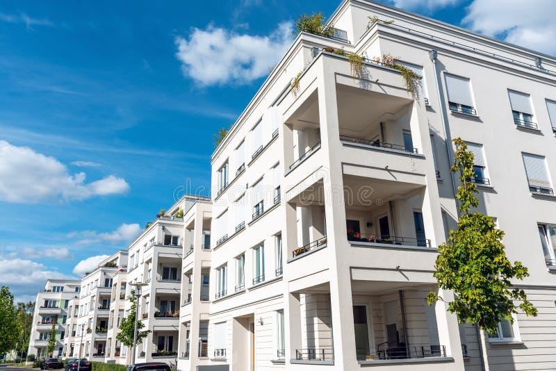Onlangs gebouwde witte flatgebouwen royalty-vrije stock afbeeldingen