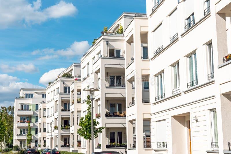 Onlangs gebouwde witte flatgebouwen stock fotografie