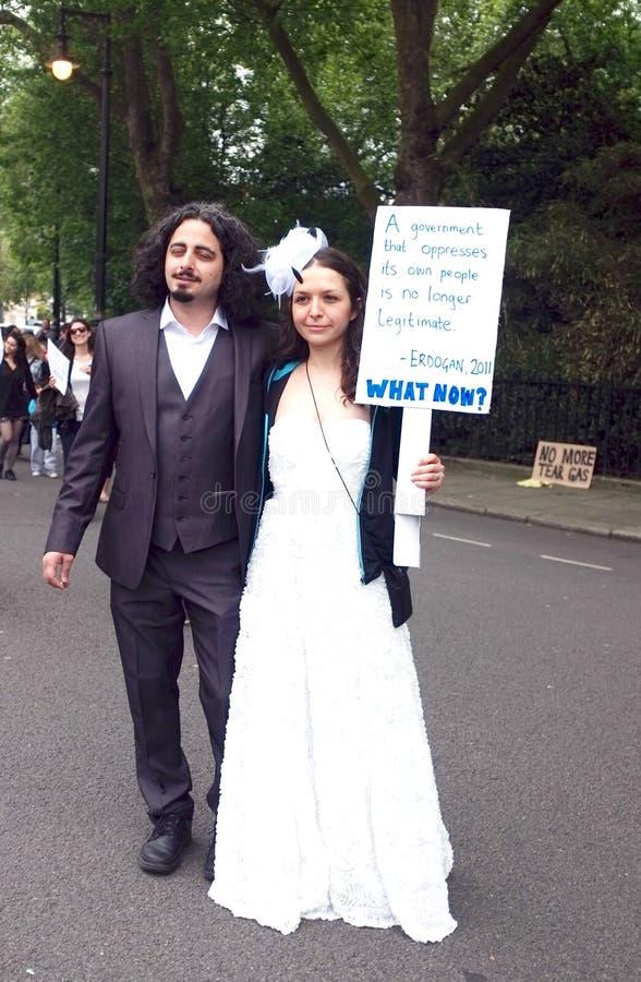 Onlangs gehuwde Turkse protesteerders stock foto's