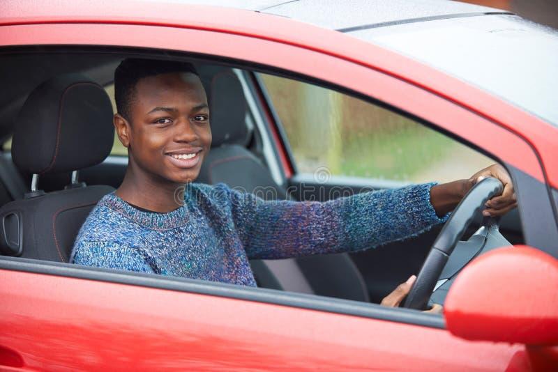 Onlangs Gekwalificeerde Tienerbestuurder Sitting In Car royalty-vrije stock fotografie