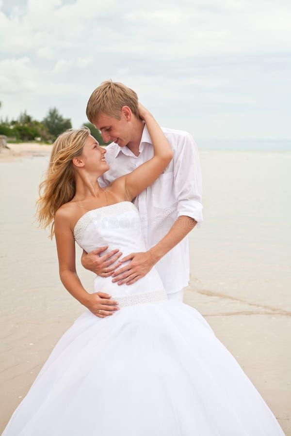 Onlangs huwelijkspaar in liefde op een strand royalty-vrije stock foto