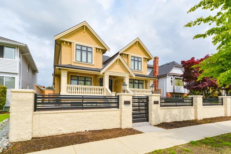 Onlangs vernieuwd luxe woonhuis voor verkoop Groot familiehuis voor met concrete weg en metaalomheining stock foto