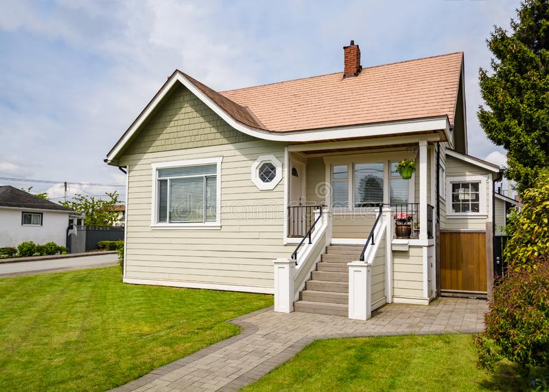 Onlangs vernieuwd luxe woonhuis voor verkoop Grote familie ho stock afbeelding