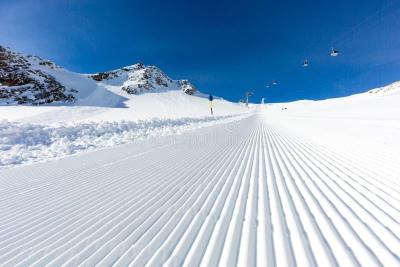 Onlangs verzorgde skihelling op een zonnige dag stock foto's