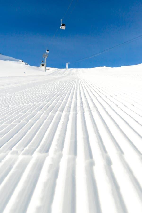Onlangs verzorgde skihelling op een zonnige dag royalty-vrije stock afbeelding