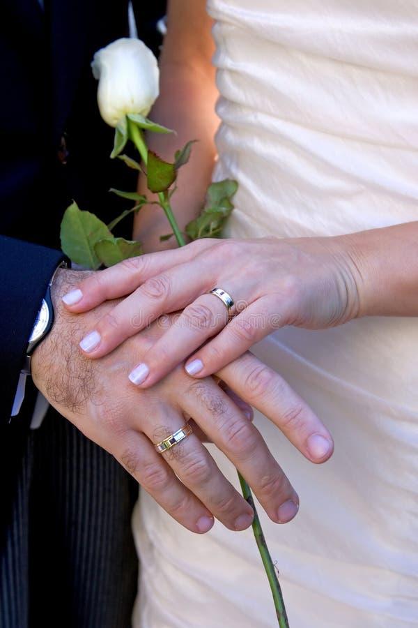Onlangs wed paar dat met ringen pronkt royalty-vrije stock fotografie