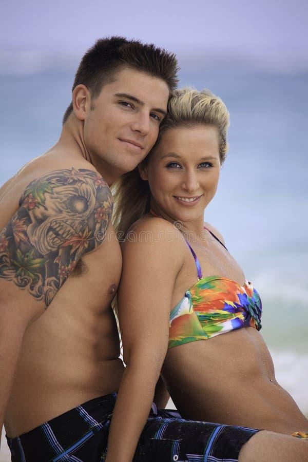 Onlangs wed paar op het strand royalty-vrije stock afbeelding