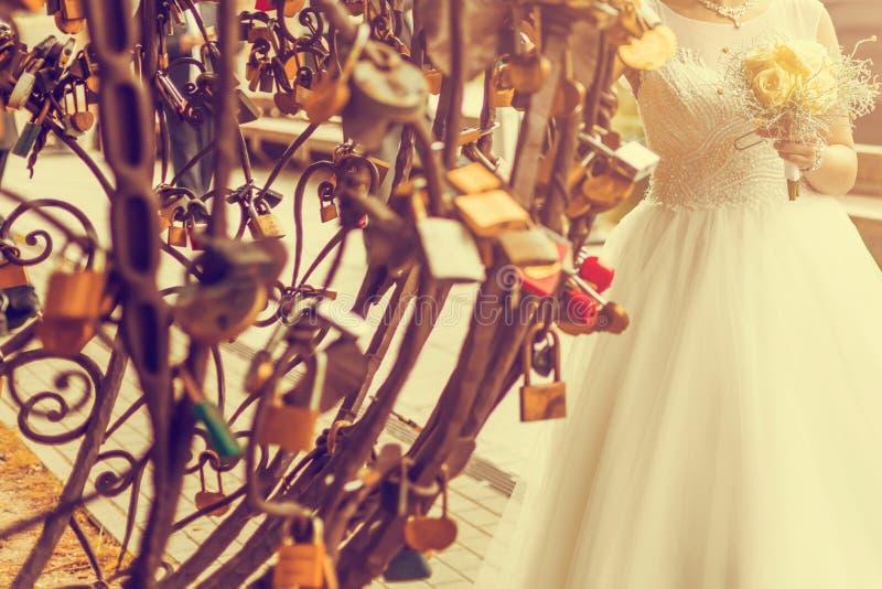 Onlangs wed paar` s handen met trouwringen Uitstekende toon stock afbeelding