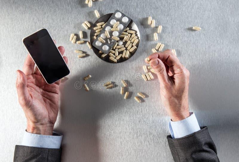 Online-apotekbegrepp - affärsmannen räcker innehavtelefonen till beställningsdroger royaltyfri bild