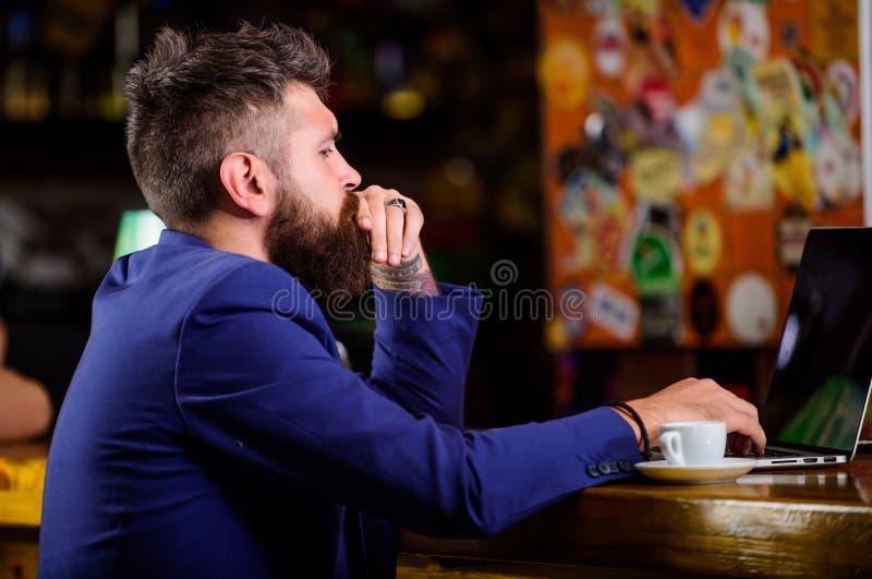 Online baan Online de blognotitieboekje van het Hipster freelancer werk Surfend Internet Freelance voordeel Mensen gebaarde zaken royalty-vrije stock fotografie