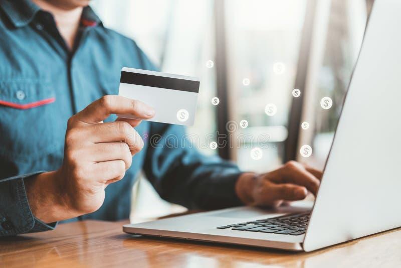 Online bankierenzakenman die Laptop met creditcard het Winkelen het online concept van Fintech met behulp van en Blockchain- stock afbeelding