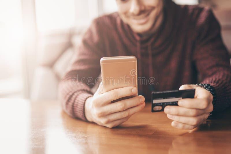 Online bankowość z mądrze telefonem, przepisać karta kredytowa liczba fotografia stock