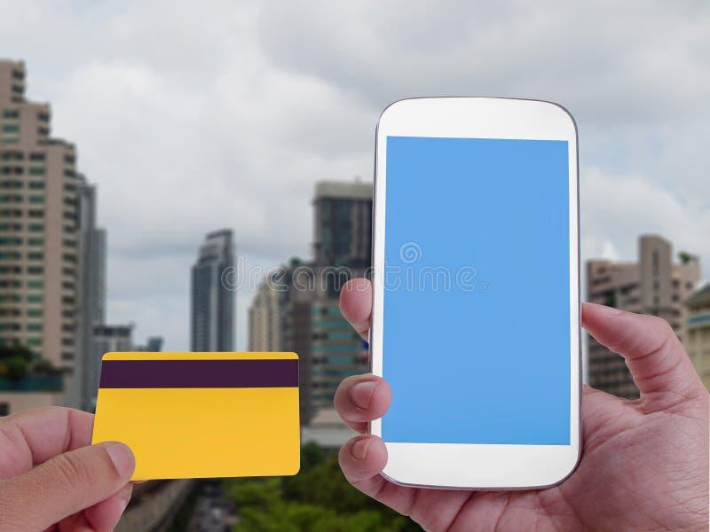 Online bankowość na ekranie z smartphone, Biznesowy buduje bac zdjęcia stock