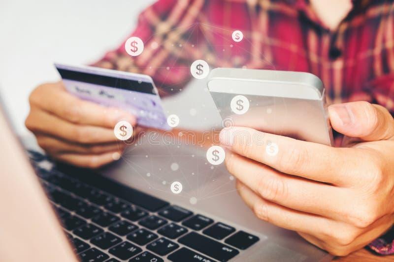 Online bankowości biznesmen używa smartphone z kredytowej karty żebrem zdjęcia royalty free