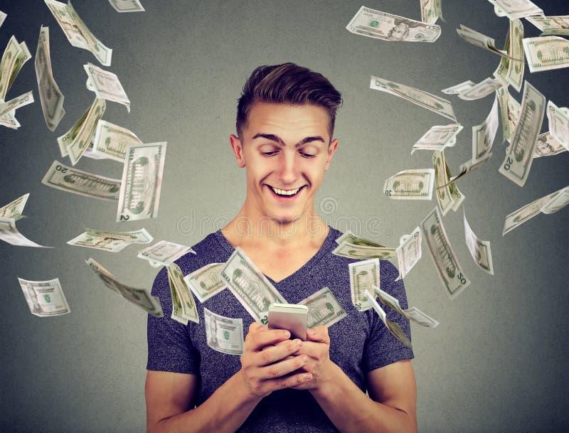 Online bankowości przelew pieniędzy, handlu elektronicznego pojęcie Obsługuje używać smartphone z dolarowymi rachunkami lata zdal obraz royalty free