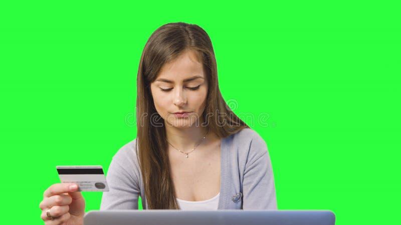 Online-bankrörelsen genom att använda datoren arkivfoto