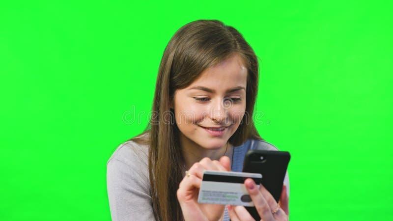 Online-bankrörelsen genom att använda Smartphone royaltyfri fotografi