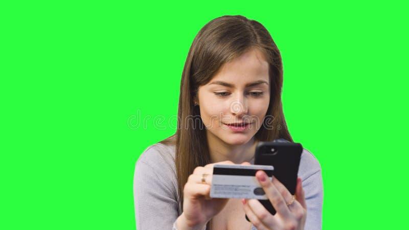 Online-bankrörelsen genom att använda Smartphone royaltyfria bilder
