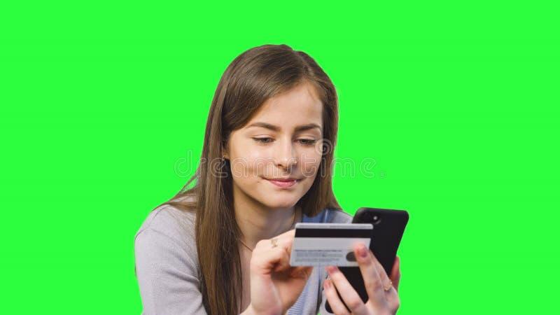 Online-bankrörelsen genom att använda Smartphone arkivfoto