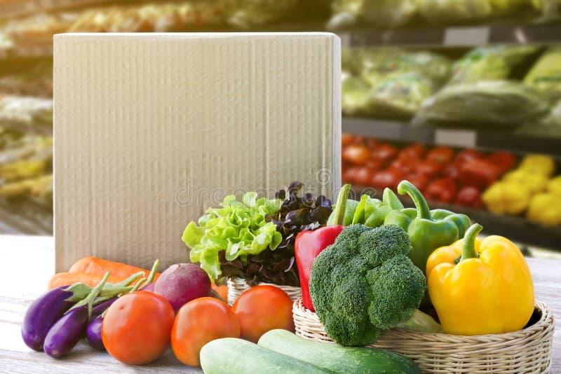 Online-begrepp f?r best?llningslivsmedelsbutikshopping Matleveransingredienser servar hemma för att laga mat med packeasken på tr arkivbilder