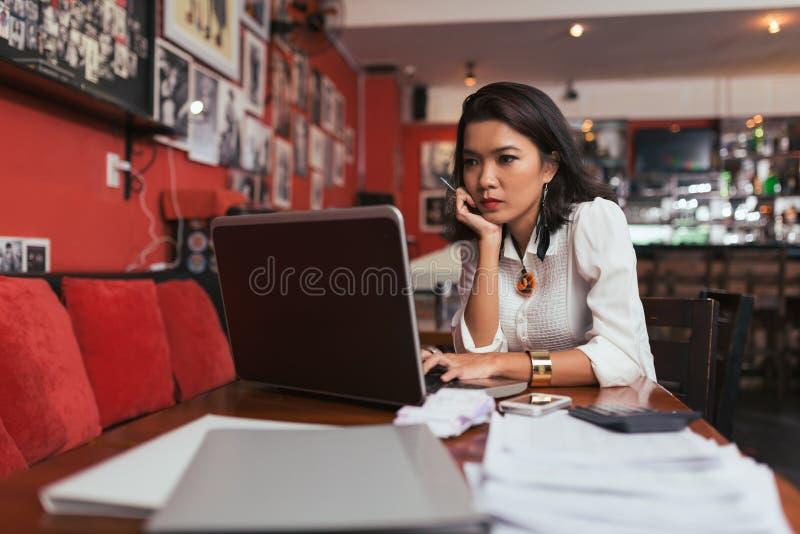 online-betala för bills arkivfoto