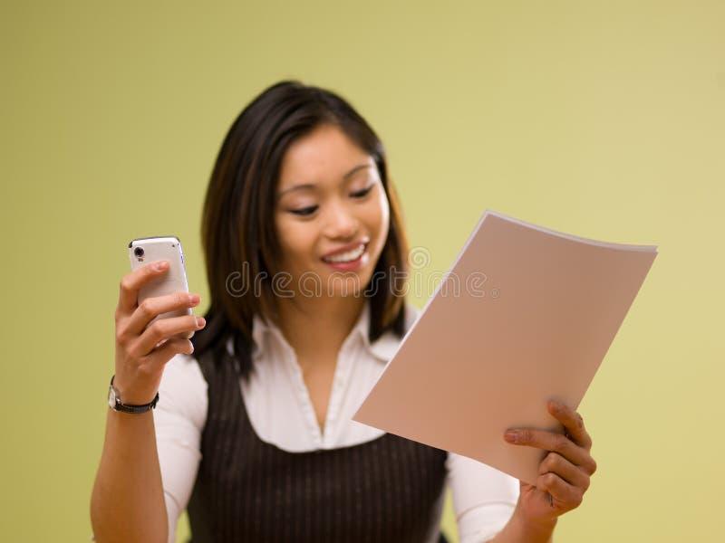online-betalande kvinna för asiatiska bills arkivbild