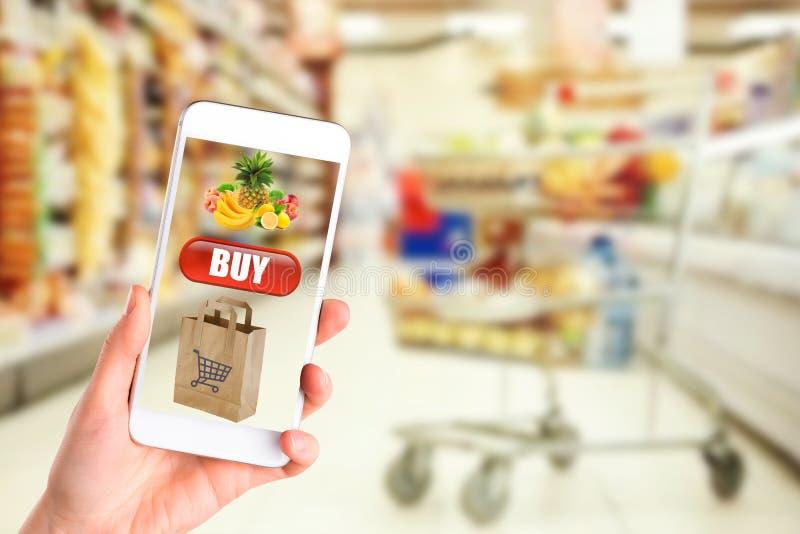 Online-betalning eller mobilt internetbankrörelsebegrepp - kvinnahänder som rymmer genom att använda smartphones för shopping och royaltyfri fotografi