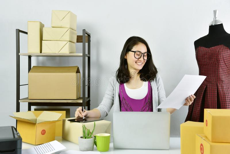 Online biznes, Młoda azjatykcia kobieta pracuje w domu dla biznesu handlu, małego biznesu właściciel sprawdza online rozkaz i pak zdjęcie royalty free