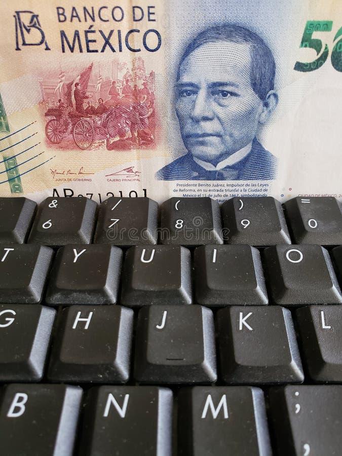 online biznes, podejście meksykański banknot 500 peso i komputerowa klawiatura, zdjęcie royalty free