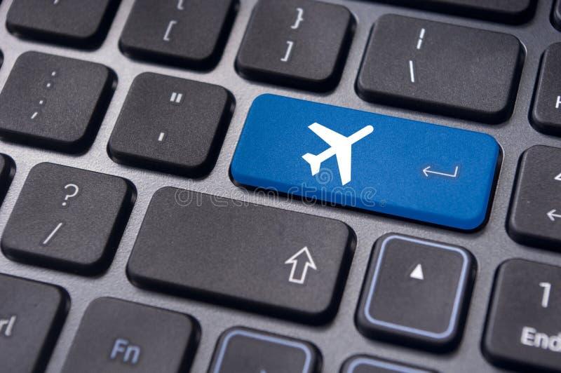Online-bokning av flygbiljetten, med det plana tecknet på tangentbordet royaltyfri foto